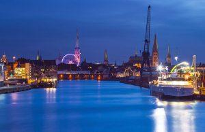 Riesenrad mit dem von weihnachtlichen Lübeck eck