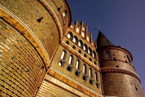 Imposantes Holstentor aus rotem Backstein, als Wahrzeichen von Lübeck