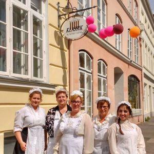 Mitarbeiter des Hotels in historischen Arbeitskleider