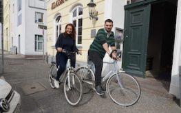 Familie Flebbe mit dem Fahrrad vor dem Klassik Altstadt Hotel